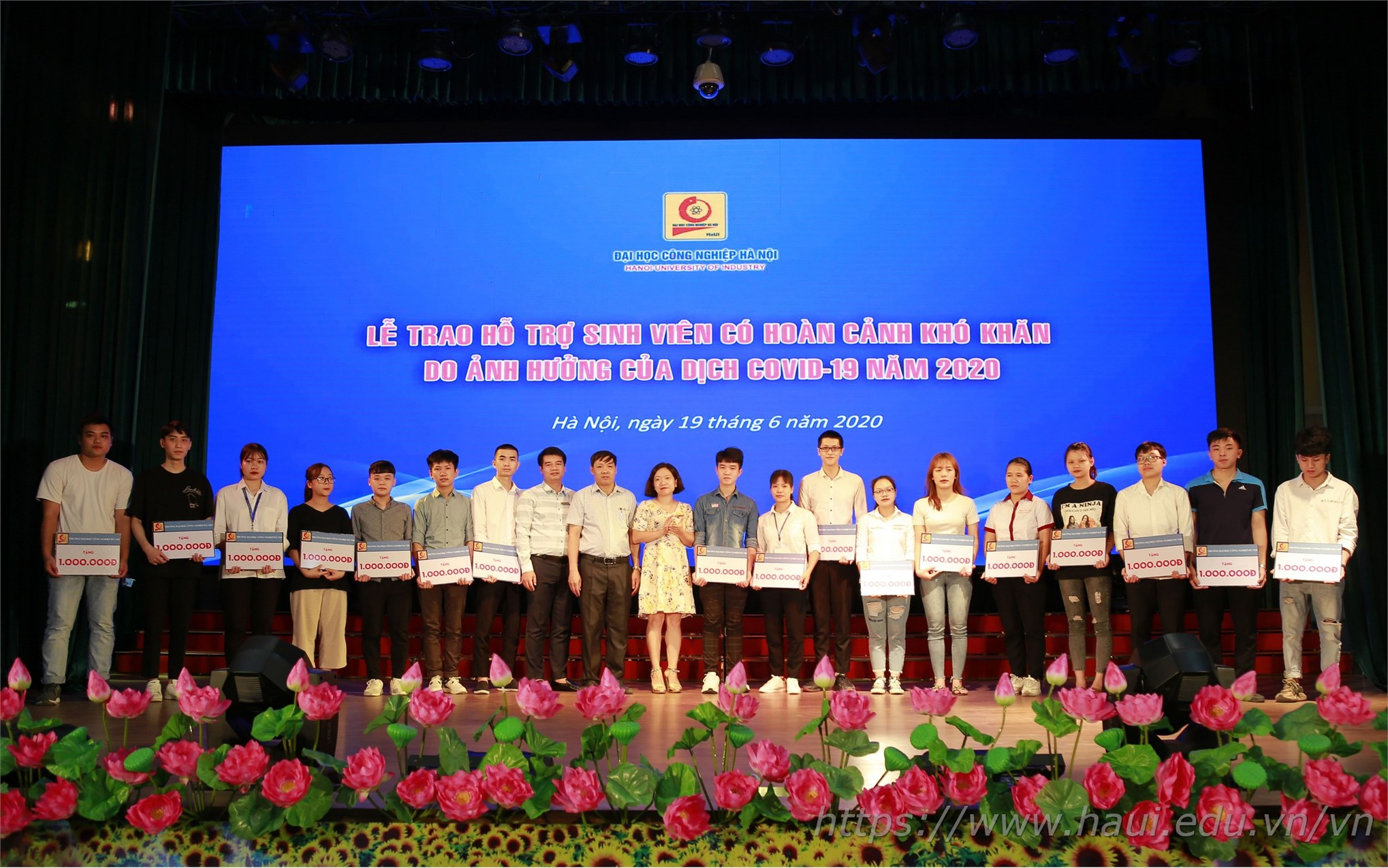 Đại học Công nghiệp Hà Nội trao hơn 500 triệu đồng hỗ trợ cho sinh viên có hoàn cảnh khó khăn do ảnh hưởng của dịch Covid 19 (đợt 1)