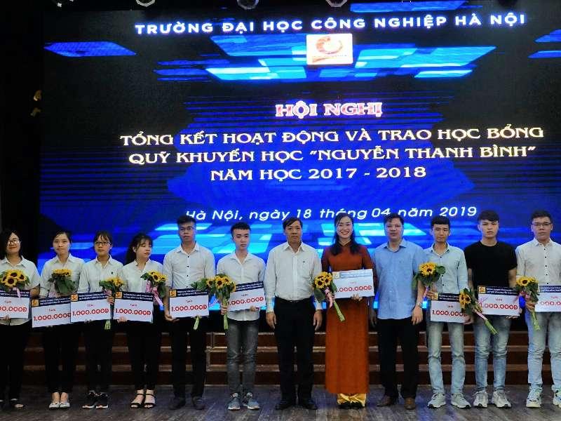 """Tổng kết hoạt động và trao học bổng Quỹ khuyến học """"Nguyễn Thanh Bình"""" năm học 2017 - 2018"""